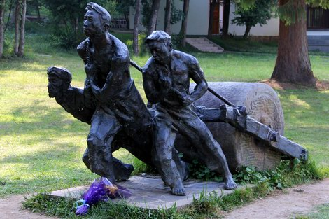 Statue of road workers on the Burma road.