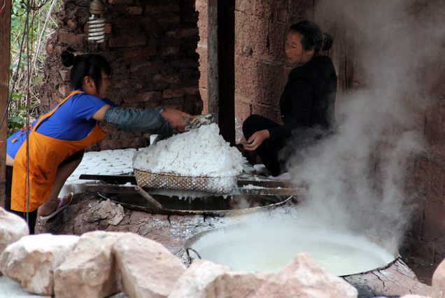 Making salt at Nuodeng.